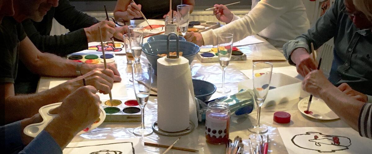 Kreativ målarworkshop där en grupp människor målar tillsammans.