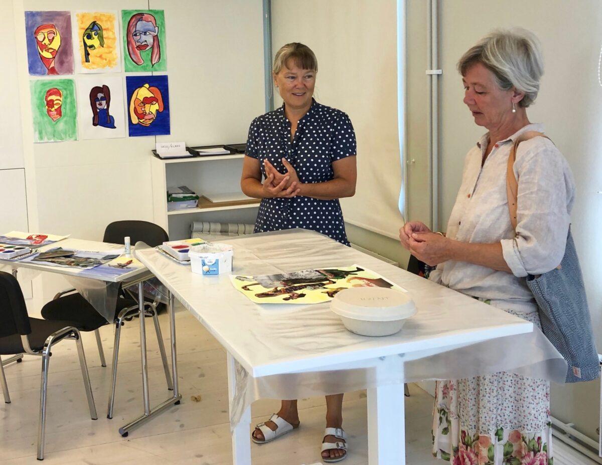 Camilla från Kvissberg Design diskuterar med en deltagare i workshopen.